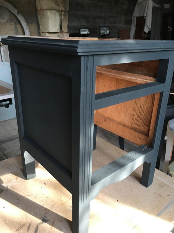 Table de chevet en cours de relooking grise