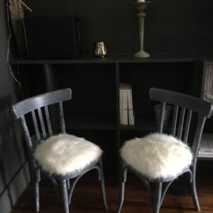 chaises bistrot relookees effet d'habit avec fausse fourrure