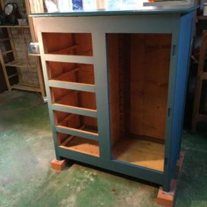 Meuble 5 tiroirs et porte en cours de peinture