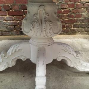 Détails d'un pied de table restauré