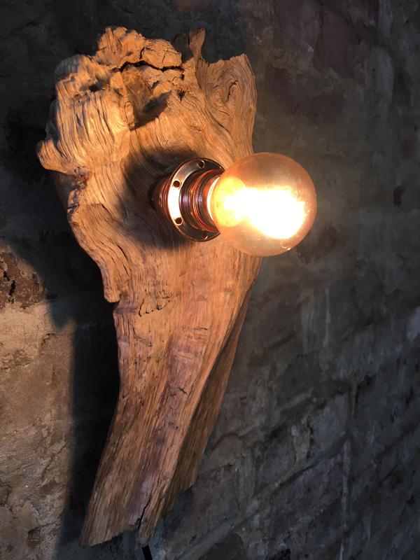 Ampoule sur bois flotté