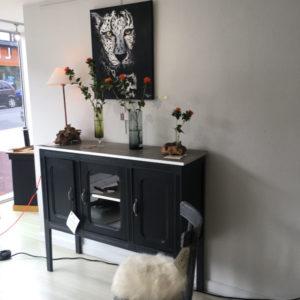Meuble de salle à manger peint en noir