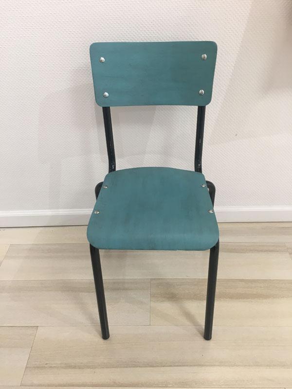 Chaise en bois peinte en bleu