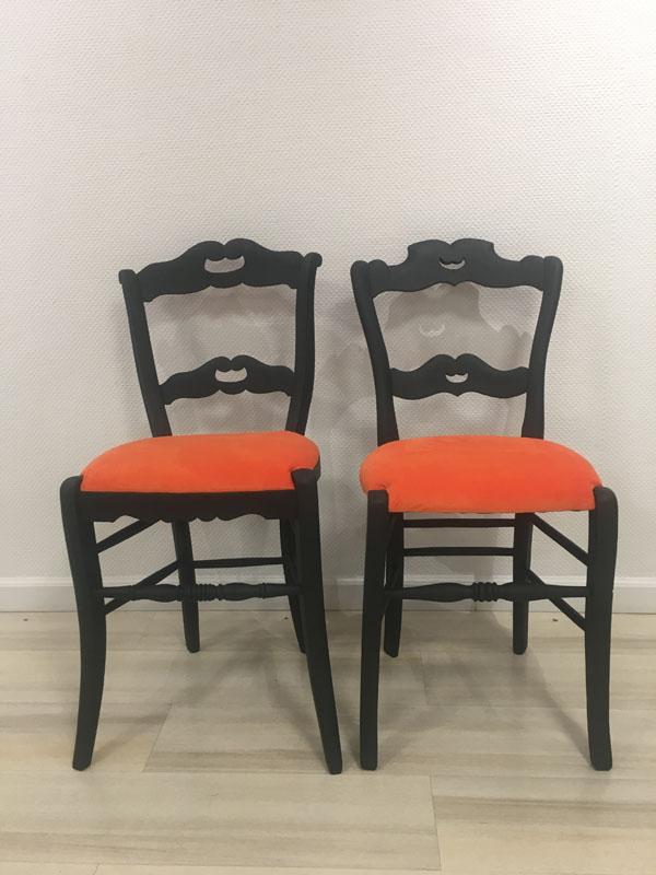 Chaises relookées noires et oranges